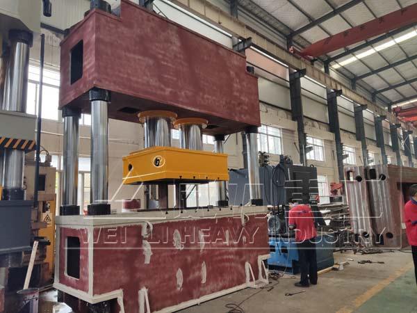 1000吨二梁四柱液压机装配图片